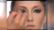 跟著彩妝大師毛戈平早期視頻化妝會變成什么樣子呢?