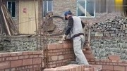 農村師傅砌磚墻二十年,村民都叫他,你看他技術怎樣?