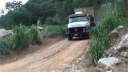 [親子阿克]小卡車傍山路冒險運輸 挖機行車遇陡坡