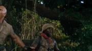 勇敢者游戲:決戰叢林(片段)強森好身手,一把抓住黑曼巴蛇