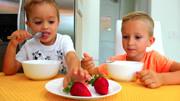 女孩吃草莓,蘆薈,櫻桃一口一個,發出清脆咀嚼音,聽起來真過癮