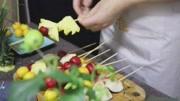 小萝莉在家制作香甜的草莓糖葫芦