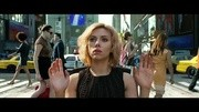 《超體》精彩片段:病毒侵入露西的血液