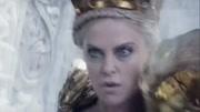 白雪公主獲得冰封能力,成為冰雪女王奪得魔鏡,不料里面住著姐姐