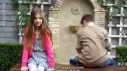 小男孩向女孩分享秘密 兩小無猜的友情