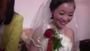 農村婚禮現場,新郎新娘拜天地,場面喜慶又搞笑