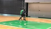 凯尔特人欧文训练投篮!这捡球的人真多!