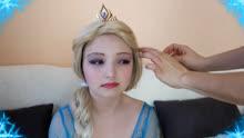 在妈妈的帮助下,女儿被美妆打扮成了冰雪奇缘艾莎女王