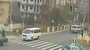 上海金沙江路一白色轎車撞倒多人,已致2死12傷