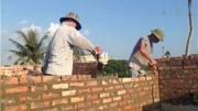 800一天請砌磚師傅砌樓梯,就沖這認真的工作態度就覺得值
