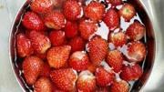 才知道草莓要這樣洗才最干凈,不然會越洗越臟,看完趕緊試一試