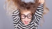 2000度近视的女儿当场摘下眼镜,让母亲感受,没想到两人相拥