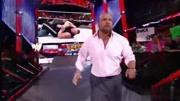 WWE駙馬爺集合選手強行將米茲和二柱子托抬出體育館