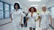 《唐人街探案2》里的黑客姑娘,浑身上下都是武器