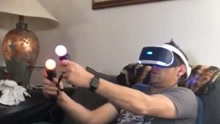 大男人也扛不住VR眼镜啊
