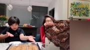 黄磊晒多多做蛋糕