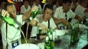酒鬼!澳大利亚一骆驼大口豪饮啤酒为解渴