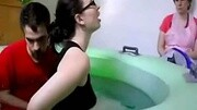 你肯定没看过,女人在水中生孩子的全过程,生下来那一秒好温馨!
