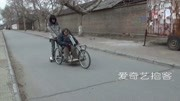【拍客】95后他踩平衡车推轮椅陪妈遛弯