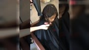 长发妹子想烫发又不想要太卷、发型师为她剪点层次烫两圈妹子乐了
