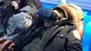 男子玩VR眼镜被吓惨了