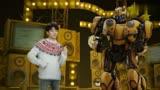王俊凯这是在和变形金刚大黄蜂尬舞吗!好可爱啊