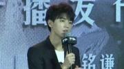 王俊凱幫楊紫拎包,舉手投足中透露教養,誰不想要這樣的弟弟呢
