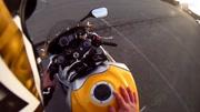 小伙騎摩托車來上班,被經理瞧不起,沒想到對方是新來的董事長