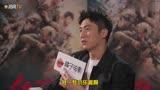 黄景瑜在宣传《红海行动》期间累到不行,手里的麦牌都要拿不稳了