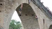 實拍男子徒手攀巖登頂拍照時失手滑落墜崖