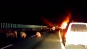 """货车起火生猪险变""""烤猪"""""""