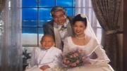 二人去拍結婚照,照相的懵了,結婚照生生拍成了全家福!
