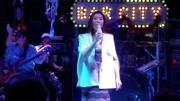 酒吧駐唱歌手一首《平凡之路》可能是最好聽的女生版!