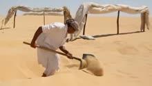 2014-02-07 01:16 男子在沙漠中倒下一瓶水, 没想到接下来发生的一幕