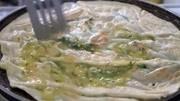 河北街頭5元錢的特色烙大餅,現做現賣卷上雞柳醬料,味道太美味