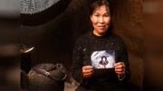 阿拉斯加的因紐特人在冰河上用最傳統方式捕魚