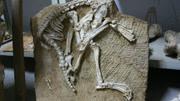 考古挖掘一汉朝古墓,打开后看见墓主身上一东西,专家懵了