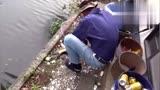 房前屋后, 老爺子釣魚玩的不亦樂乎!