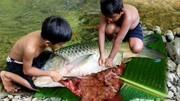 荒野求生:農村小孩捉了一個大螃蟹熬湯喝,這么大螃蟹我能吃兩天