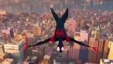 《蜘蛛侠平行宇宙》小黑蛛迈尔斯飞荡穿梭在城市楼宇间拯救世界