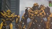大黃蜂超級萌 在家看自已主演的《大黃蜂》預告片