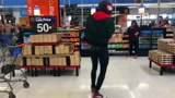 """《蜘蛛侠:平行宇宙》""""小黑虫""""迈尔斯·莫拉莱斯超市里热舞!-"""