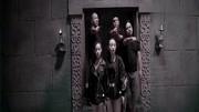 盗墓贼们意外进入蛇王墓,唤醒了千年蛇母,差点被团灭