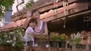 《初戀這件小事》阿亮在小水面前跳下來,還給她芒果,她嚇得大叫