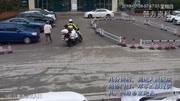 交警一路狂奔為消防車疏導救援通道