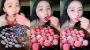 吃播:小美女吃草莓糖,巧克力棒棒糖等奇葩糖果,很美味!
