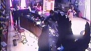 实拍一包厢实拍私房遭调换狂砸ktv_不满美女v包厢看照视频乌克兰男子图片
