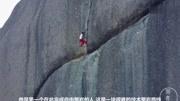 黑熊媽媽帶孩子徒手攀巖,每動一下都讓人揪心,生存真的不容易!