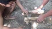 野外生存记,生存哥用原始技术烧制石灰,为制作三合土备料