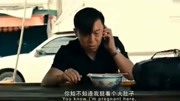《人在囧途》大年夜,徐峥和王宝强在野外吃方便面喝酒,生活无奈